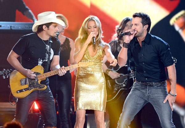 brad-paisley-sheryl-crow-acm-awards-20131